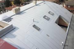 Realizzazione copertura industriale con camini e finestre