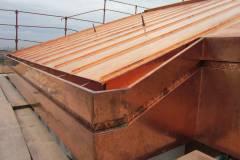 Lavorazione di tetto in rame su copertura civile