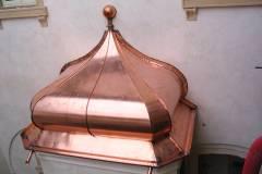 Dettaglio di cappa esterna decorativa in rame